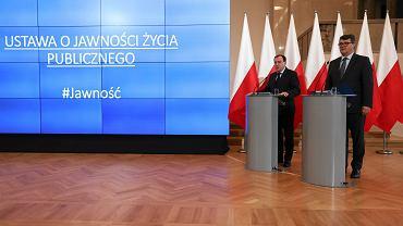 Minister koordynator Mariusz Kamiński i wiceminister Maciej Wąsik podczas prezentacji projektu ustawy anykorupcyjnej, 23 października 2017.