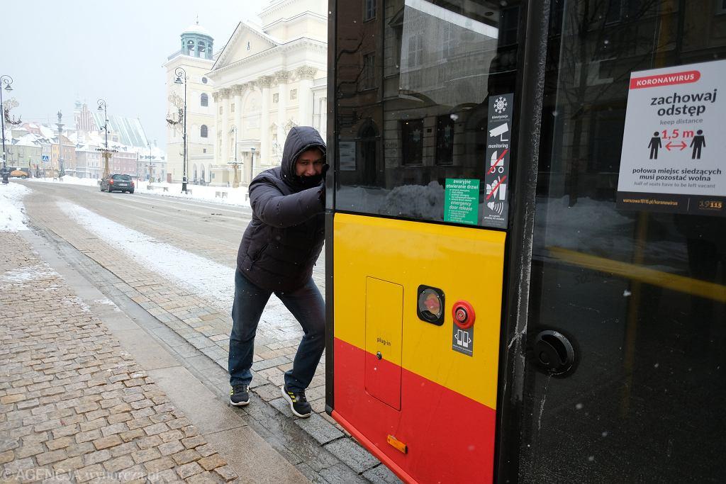 Dima - Bialorusin, który pchał autobus na zaśnieżonej ul. Belwederskiej w Warszawie