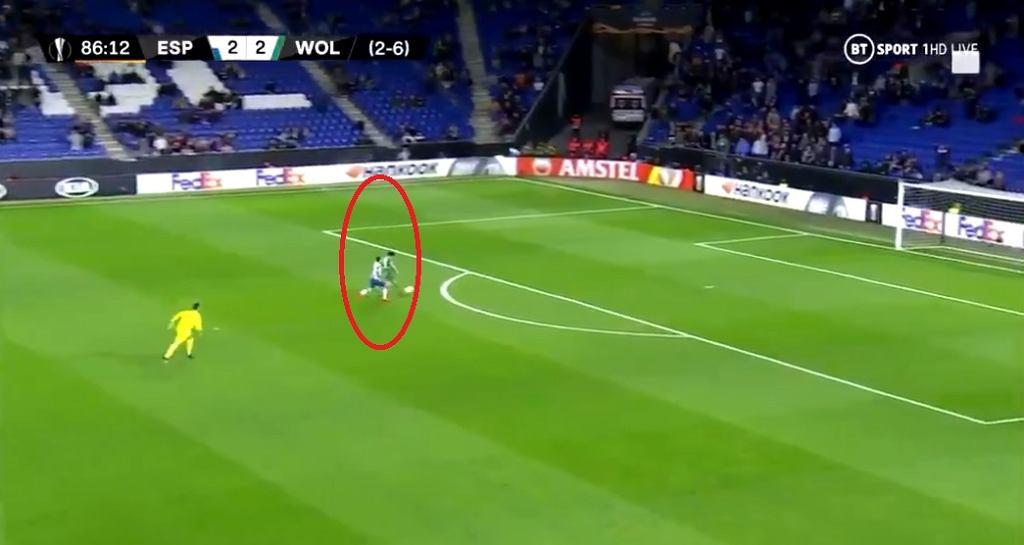 Pedro Neto z Wolves nie potrafił strzelić gola na pustą bramkę Espanyolu w Lidze Europy.