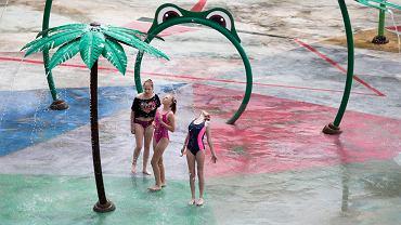 Po chłodnym końcu czerwca nadszedł długo oczekiwany upalny weekend. Jak można się było spodziewać, cieplejsze dni wielu lublinian postanowiło spędzić nad wodą. Rodzice z dziećmi chętnie wybrali się na otwarty niedawno Słoneczny Wrotków. Tam do dyspozycji jest pięć basenów rekreacyjnych o różnych głębokościach i rozmiarach, wodny plac zabaw, boisko do siatkówki, wyspa piratów dla dzieci i zjeżdżalnie: 100-metrowa 'anakonda', trójtorowa zjeżdżalnia rodzinna oraz zjeżdżalnia 'cebula'. Obiekt MOSiR-u działa od początku wakacji, ale przez złą pogodę i niskie temperatury był chwilowo zamknięty. Ponowne otwarcie nastąpiło na początku tego tygodnia. Tuż obok basenów na chętnych czekają inne atrakcje, np. wypożyczalnia sprzętu wodnego i rekreacyjnego, urządzenia do ćwiczeń i plaża.