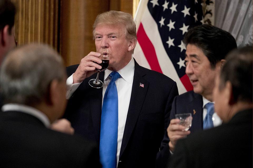 Donald Trump i Shinzo Abe podczas bankietu w Tokio w listopadzie 2017 r.