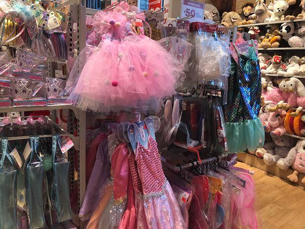 Dziewczynki, w wizji producentów ubrań dla dzieci, to często różowe i pastelowe królowe, a chłopcy to mali odkrywcy i podróżnicy