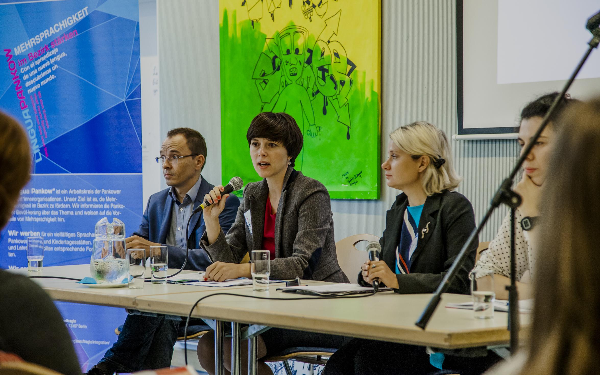 Katarzyna Niewiedział z mikrofonem, w środku (fot. Edyta Gontarski)