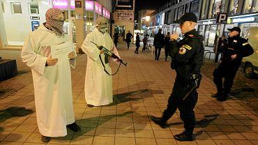 Luty 2016 r., happening członków Młodzieży Wszechpolskiej w Poznaniu. W arabskich strojach i z atrapami karabinów sprzeciwiali się pomysłowi udostępnienia poznańskim muzułmanom lokalu na centrum kulturalne, w którym mogliby kultywować swoje tradycje. Protestowali także przeciwko przyjmowaniu uchodźców