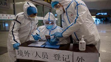 Pandemia koronawirusa. W Chinach spodziewany skokowy wzrost zakażeń. Na zdjęciu: medycy w punkcie kontrolnym na dworcu kolejowym. Pekin, 29 marca 2020