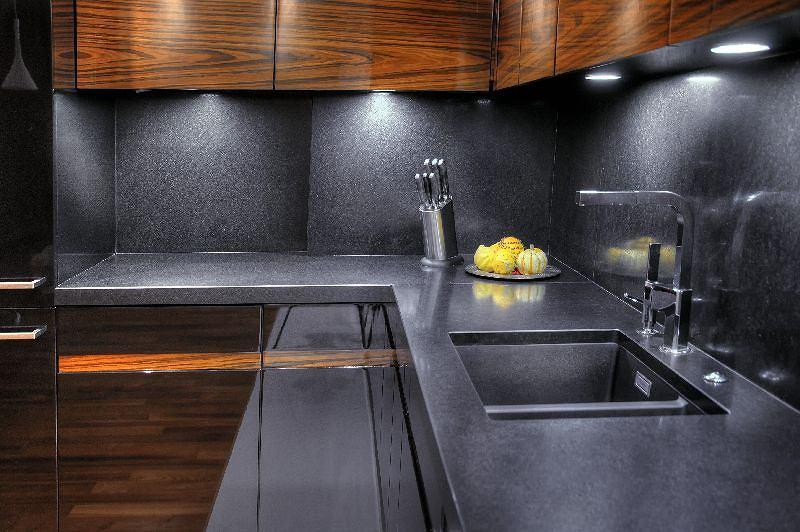 Ciemny, grafitowy blat kuchenny świetnie kontrastuje z ciepłym odcieniem frontów.