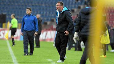 Czesław Michniewicz podczas meczu Pogoń - Podbeskidzie 2:1 z jesieni 2013. W dresie