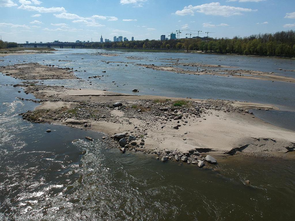 Kwiecień 2020. Wisła pomiędzy Mostem Grota-Roweckiego a Mostem Gdańskim na wysokości Cytadeli. Poziom wody w Wiśle spada o 1,5 cm na dobę