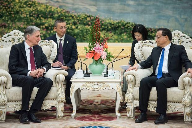 Brytyjski kanclerz skarbu Philip Hammond i premier Chin Li Keqiang w Pekinie