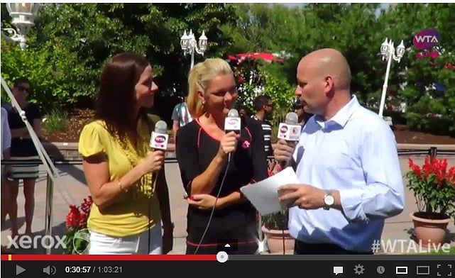Zrzut ekranu z you tube. Agnieszka Radwańska i reporterzy WTA.