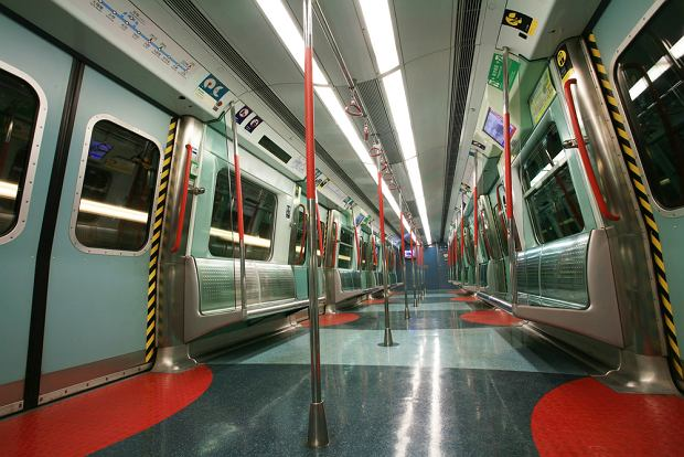 Kolej miejska metro. MTR, Hong Kong / Shutterstock