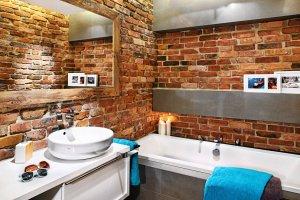 Łazienka: cegła i drewno