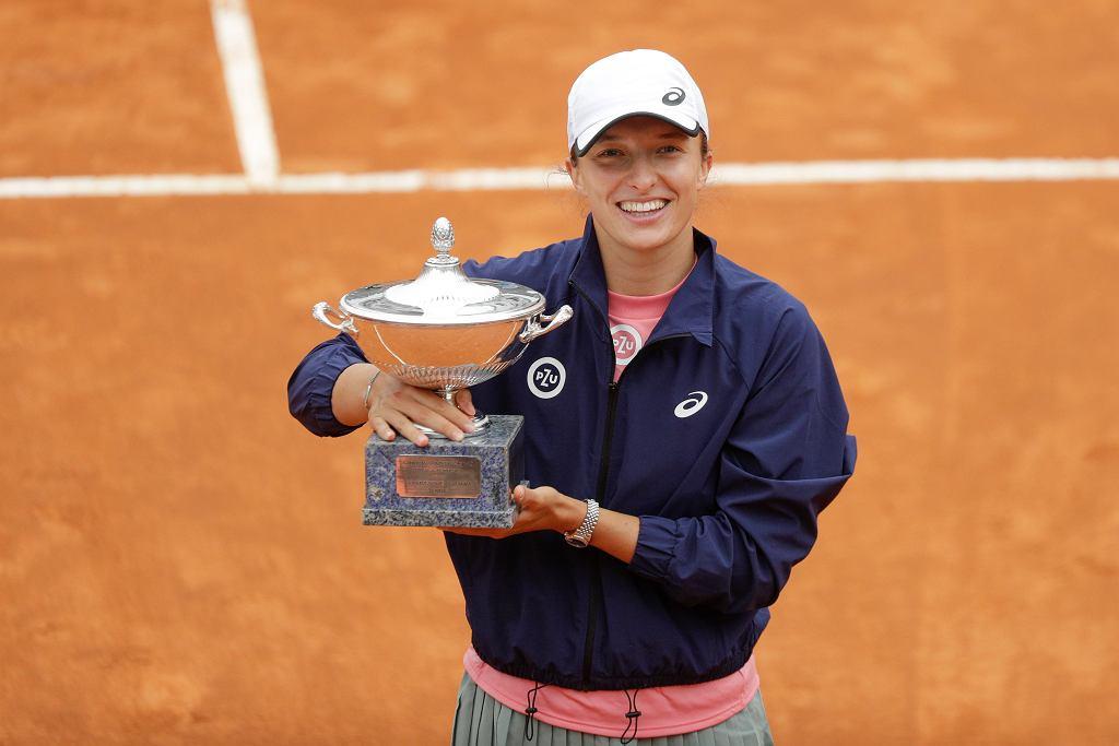16.06.2021, Rzym, Iga Świątek z pucharem po zwycięstwie w turnieju Italian Open.
