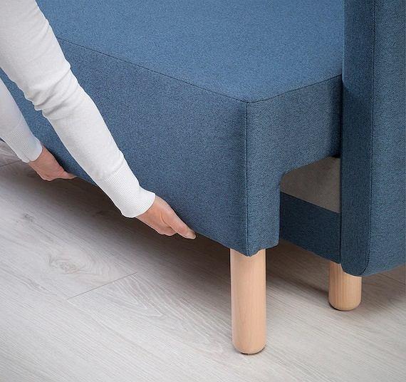 Kanapa na drewnianych nóżkach
