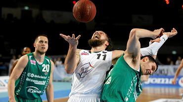 Stevan Milosević w jednej z akcji przeciwko zielonogórzanom w meczu Polski Cukier - Stelmet