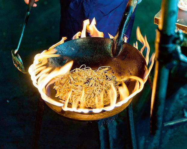 Makaron smażony wwoku na 'żywym' ogniuna ulicy YaowaratRoad