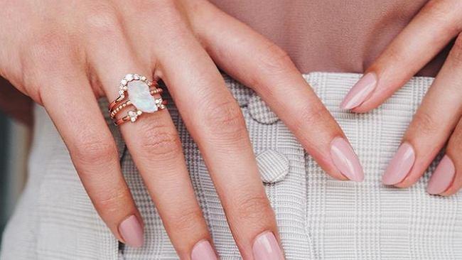 Modne kolory paznokci na lato 2020. Do łask wraca french manicure