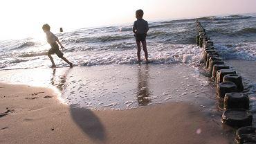 Mielno: Policjant po służbie uratował trójkę dzieci kąpiących się w morzu (zdjęcie ilustracyjne)