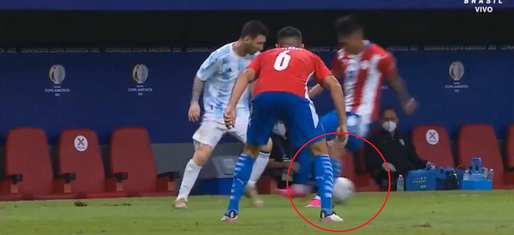 Leo Messi zakłada siatkę rywalowi