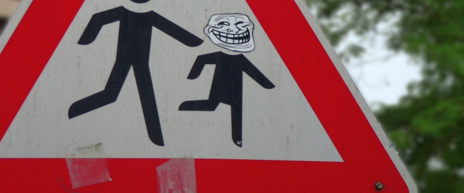 Trollface, legendarna już 'gęba' trolla, na znaku drogowym w Niemczech (fot. WIKImaniac/Wikimedia Commons/CC BY-SA 3.0)