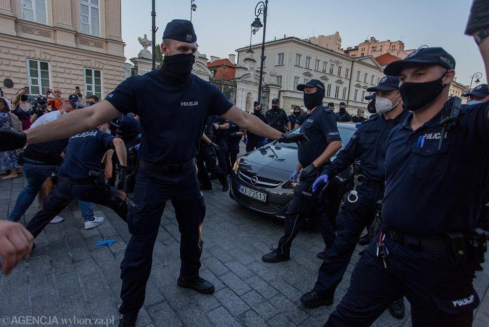 Policja pacyfikuje pokojową demonstrację po decyzji o areszcie dla aktywistki LGBT.  Warszawa, Krakowskie Przedmieście, 7 sierpnia 2020