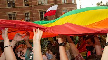Radny PiS zapowiada interwencję s prawie tęczowej flagi: - Nie kojarzy się z tolerancją, tylko z próbą anarchizacji Polski.