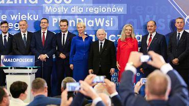 Premier rządu PiS Mateusz Morawiecki, jego partyjny zwierzchnik prezes Jarosław Kaczyński, oraz kandydatka na prezydentkę miasta Małgorzata Wassermann podczas konwencji Prawa i Sprawiedliwości. Kraków, 14 października 2018