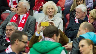 Po zwycięstwie Polski z Niemcami zainteresowanie polskimi piłkarzami sięgnęło zenitu. Na kolejnym meczu eliminacji Euro 2016 pojawiło się jeszcze więcej znanych twarzy. Na zdjęciu Krystyna Loska, jedna z najbardziej rozpoznawalnych postaci w historii TVP, na trybunach Stadionu Narodowego.