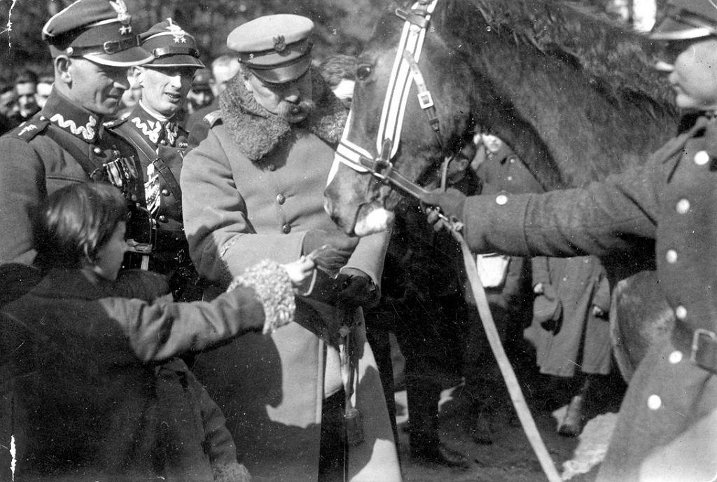 1925 rok: Józef Piłsudski (karmi Kasztankę) w towarzystwie córek Wandy i Jadwigi oraz adiutantów.