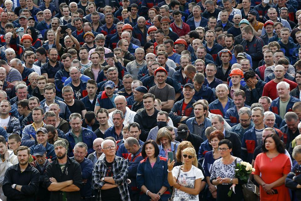 Pracownicy Mińskiej Fabryki Samochodów podczas wiecu żądali nowych wyborów i uwolnienia aresztowanych demonstrantów. Mińsk,  14 sierpnia 2020 r.