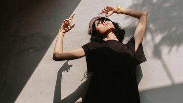 czarna sukienka, zdjęcie ilustracyjne
