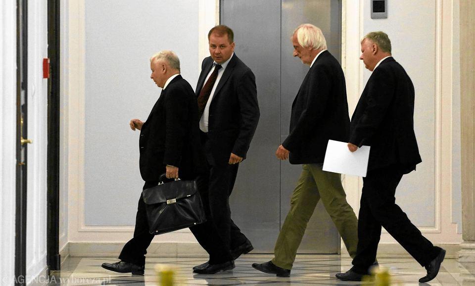 Jarosław Kaczyński i partyjni oficjele w Sejmie, 7 lipca 2017