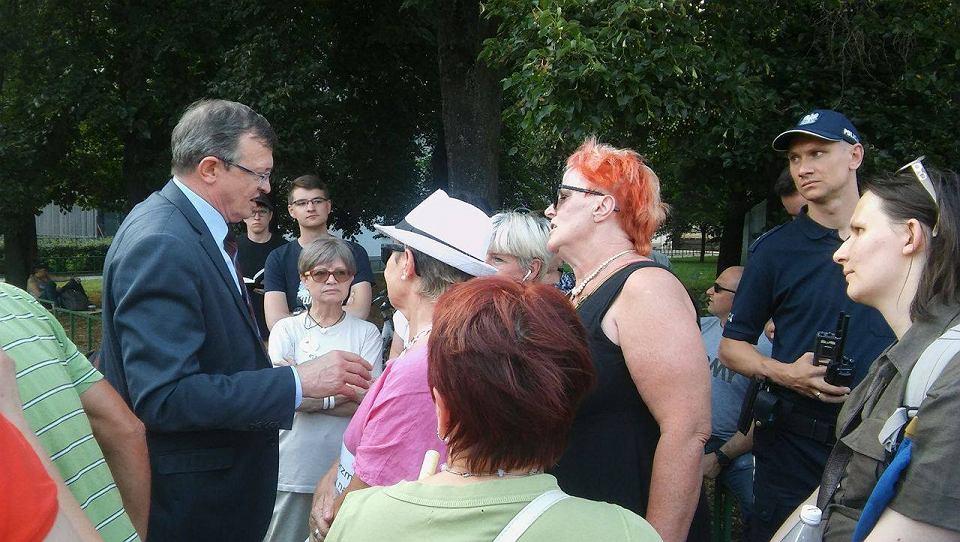 Poseł Tadeusz Cymański (Solidarna Polska) rozmawia z protestującymi pod Sejmem