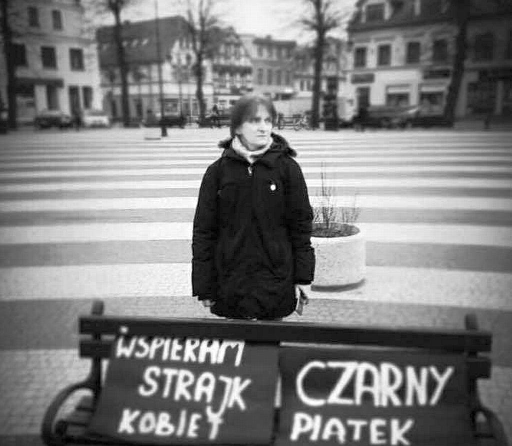 Beata Katkowska samotnie protestuje w 'czarny piątek' na Rynku w Gryficach