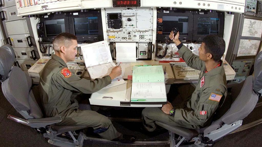 Pulpity oficerów kontrolujących z podziemnego centrum dowodzenia dziesięć rakiet międzykontynentalnych
