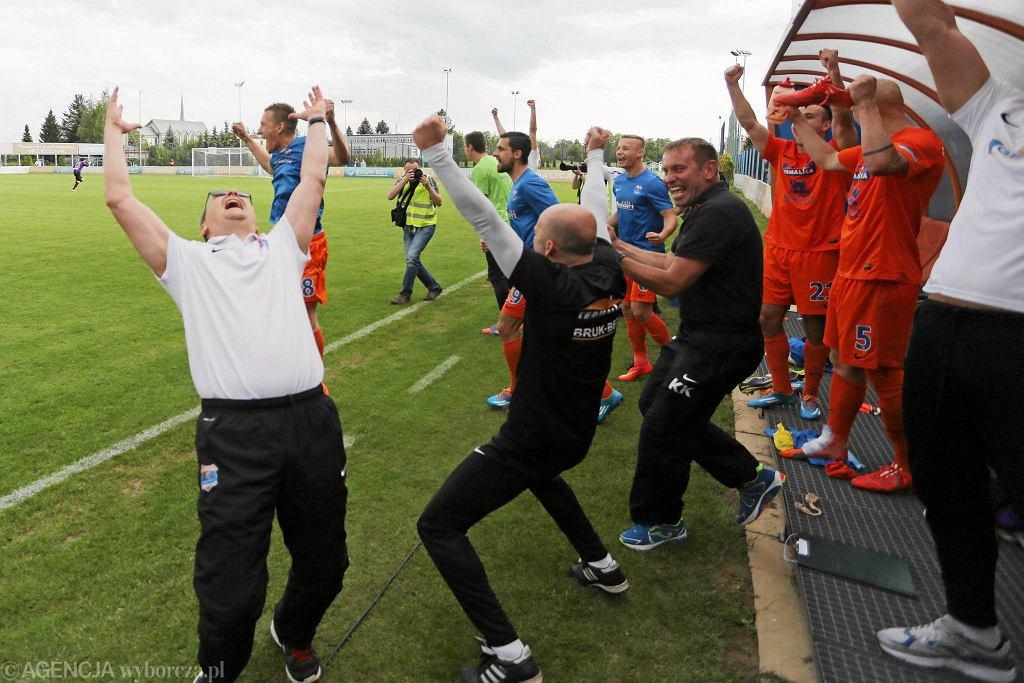 Termalica Bruk - Bet Nieciecza świętuje historyczny awans do ekstraklasy. Trener Piotr Mandrysz z lewej