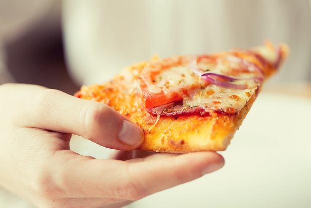Mama zapytała, czy może podać małemu dziecku na śniadanie pizzę. Zdania rodziców były podzielone. Co na to dietetyk?