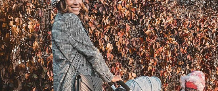 Anna Wendzikowska na spacerze córeczkami. Założyła szary płaszcz w kratę i sneakersy od dwóch popularnych marek!