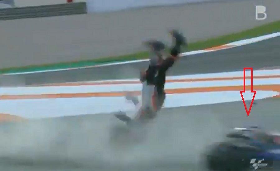 Groźny wypadek podczas MotoGP w Valencii. Zawodnik został podcięty przez motocykl rywala [WIDEO]