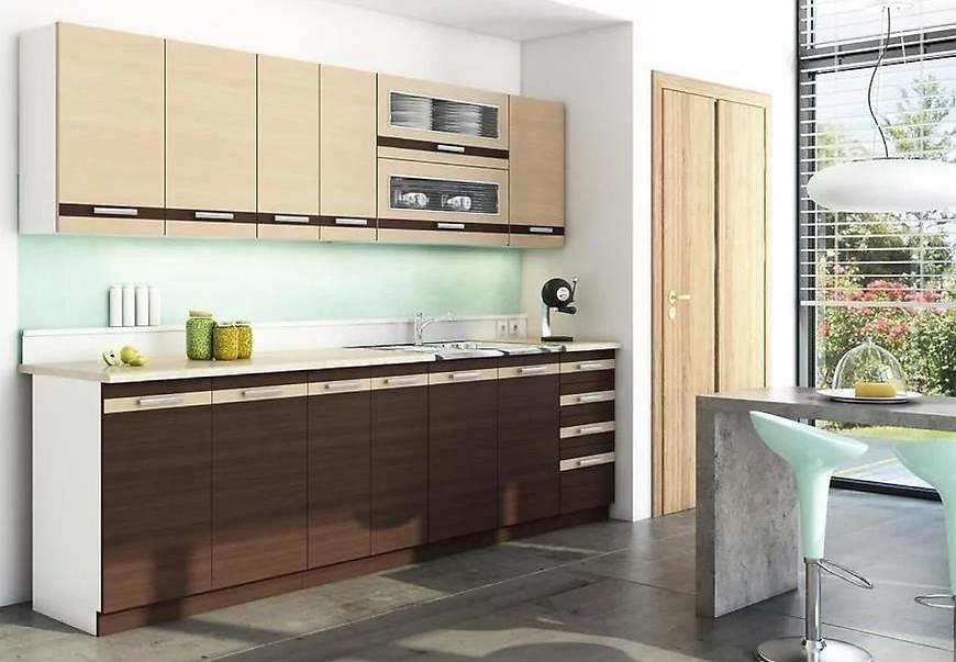 Zestaw klasycznych mebli kuchennych z przeszkleniem.