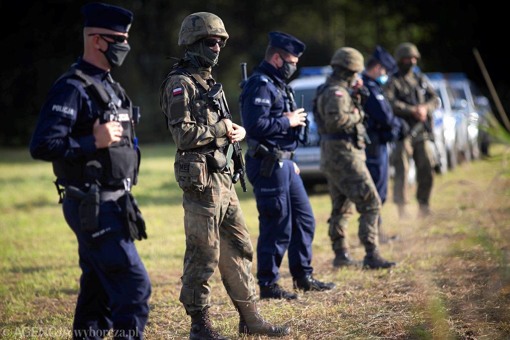 Policja i wojsko na granicy polsko-białoruskiej w Usnarzu Górnym.