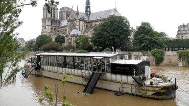 Katedra Notre-Dame w Paryżu podczas powodzi