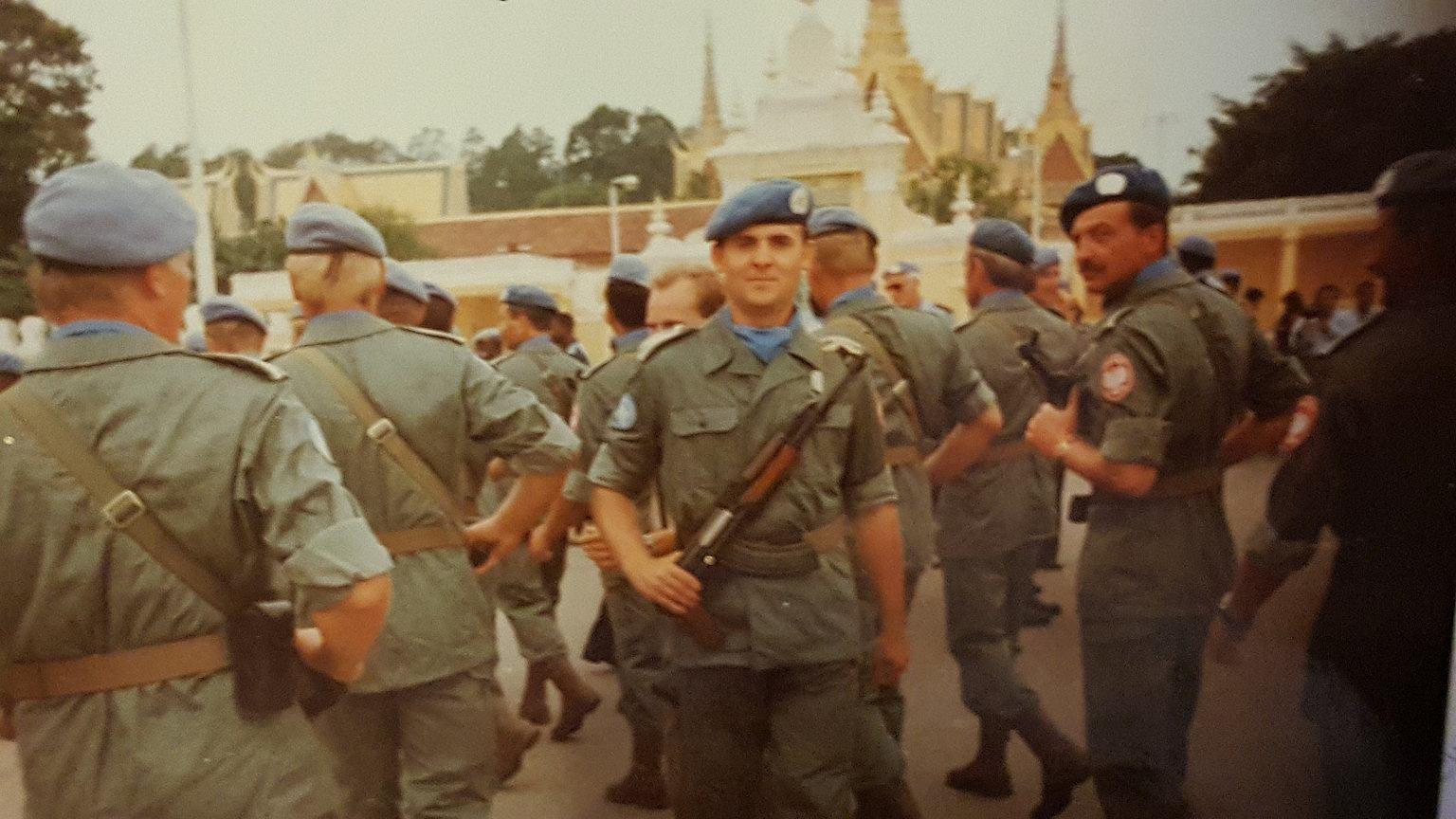 Parada wojsk ONZ z okazji rocznicy podpisania porozumień pokojowych. W środku stoi Piotr Oller
