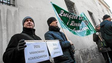 Grudzień 2016, Kraków, policjanci, którym grozi obniżka emerytur w ramach 'dezubekizacji', choć służyli w wolnej Polsce, protestują pod oddziałem IPN