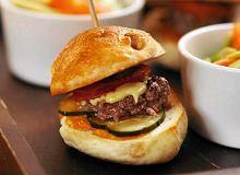 Miniburgery z sałatką z awokado, pomidorów i mięty - ugotuj