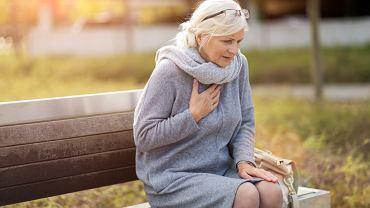 Ból w klatce piersiowej po prawej stronie - co może oznaczać? Zdjęcie ilustracyjne