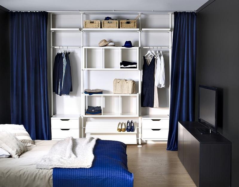 Pomysł na schowanie garderoby za zasłonami