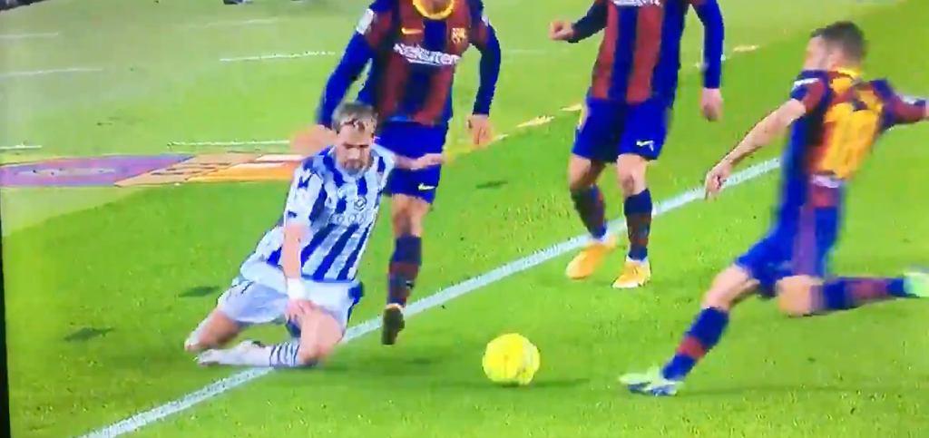 Jordi Alba kopiący piłką w Adnana Januzaja