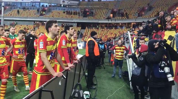 Kibice Jagiellonii podczas 'rozmowy' z piłkarzami