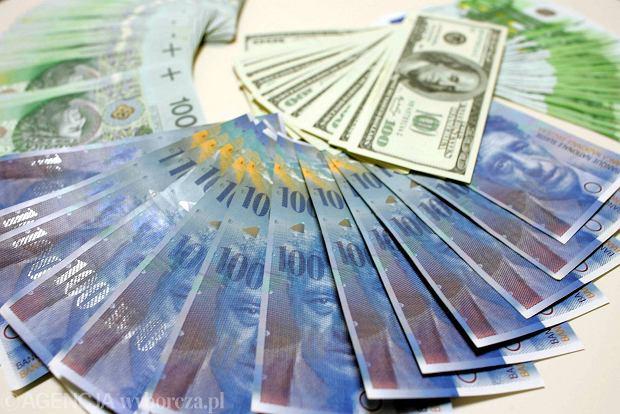 Jak tanio kupić dolary, euro czy franki